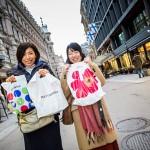 Ystävykset Haruna Kuwana ja Megumiko Nakata ihastuivat heille uuteen tuttavuuteen, Aarikkaan. Heistä suomalaisessa designissa on parasta värien rohkea käyttö.