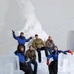 Kiinalaisryhmä on veistänyt jäätä jo 30 eri maassa. Ylläksen jälkeen miehet rakentavat Kemin lumilinnaa.