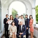 Kuninkaallinen perhe viime kesänä Sollidenissa. Silvian ja Kaarle Kustaan takana (vas.) Christopher O´Neill, prinsessa Madeleine sylissään prinsessa Leonore, prinssi Daniel, prinsessa Estelle, kruununprinsessa Victoria, prinssi Carl Philip sekä hänen kihlattunsa Sophia Hellqvist.