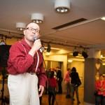 Jukka Nylund laulaa illan mittaan useita kappaleita. Tässä on menossa Tauskin Haavemaa.