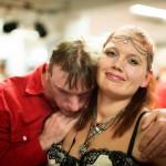 """""""Täällä tapaa uusia, iloisia ihmisiä"""", Sanna Haverinen kertoo. Hän käy diskossa kuukausittain. Vierellä tanssipartneri Timo Rihti."""