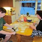 Leila ja Arja Pekonen leipovat usein ja paljon. Karjalanpiirakoita tehtiin pian Leilan leikkauksen jälkeen joulukuussa 2012.