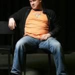 SAMULI KOMPUROI Kyseisen oranssista T-paidasta, mustasta villatakista ja leveistä farkuista koostetun kokonaisuuden kohdalla Tyylituomari sulkee silmänsä.