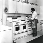 Sähkömiehen koulutuksen saanut laulajamestari rakasti uutta tekniikkaa. Meritullin-kadun 175 neliön luksuskodin ihmeisiin kuului sähkö-saunan ohella amerikka-lainen kaasu-liesi.