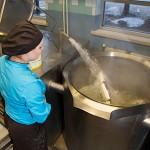 Varuskuntaravintola Saharan kokki Elina Piiparinen laskee kylmää vettä kuivien herneiden päälle.
