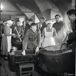 Vuonna 1942 armeijan emännät opettivat hernekeiton saloja komppanioiden keittäjille. Keittoon lisättiin sota-aikana sulaa rasvaa vankistamaan keittoa.