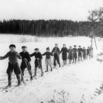 Koululaisia hiihtämässä vuonna 1944.