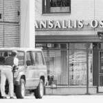 Poliisi piirittää Kansallis-Osake-Pankin Jakomäen-konttoria elokuussa 1986. Ryöstö päättyi räjähdykseen Mikkelin torilla.
