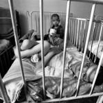 Romanian laitoshoidon surkeus tuli julki diktaattori Nicolae Ceaușescun kukistuttua. Parantumattomasti sairaiden tai vammaisten lasten annettiin virua ilman fyysistä tai psyykkistä hoitoa. Kuva vuodelta 1990.