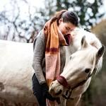 """""""Mikon kuoleman jälkeen ensimmäiset retket arkeen tein, kun menin katsomaan hevostani Siraa"""", Jenna Ritala kertoo."""