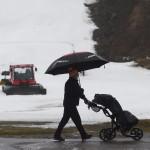 Golfinpelaaja Vihti Ski Centerin laskettelurinteen edessä joulupäivänä 2013.