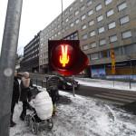 Liikennevalo roikkui ylösalaisin Helsingissä tammikuussa 2013.