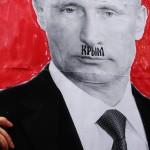 Nainen pitelee kylttiä mielenosoituksessa Pietarissa maaliskuun alkupuolella. Putinin ylähuuleen on kirjoitettu Krim.