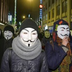 Anonymousin symboliksi muodostuneen naamarin voi vetää kasvoilleen kuka vain ja missä vain. Naamiopäät marssivat Helsingissä 5. marraskuuta 2014.