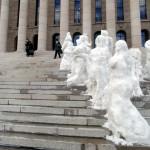 Työttömät osoittivat mieltään tekemällä lumiveistoksia Eduskuntatalon portaille maaliskuussa 1994.