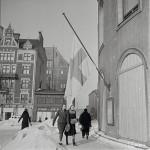 Siniristiliput olivat puolitangossa myös Ruotsalaisen teatterin salossa Helsingin keskustassa.