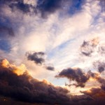 Kun aurinko on lähellä taivaanrantaa, se voi värjätä pilvet ruusunpunaisiksi.