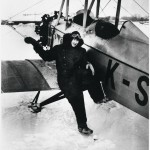 Vuokko Knuutila lentäjän varusteissa maaliskuussa 1931. Hän joutui käyttämään miesten lentäjänhaalareita.