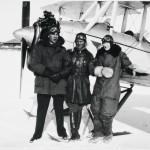 Vuokko Knuutilan ensimmäinen aviomies Paavo Arni (vas.), lennonopettaja Georg Jäderholm ja Vuokko Sääsken lentokoulussa Helsingin edustalla.