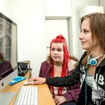 Aino (vas.) ja Tiia pärjäävät koulussa hyvin. Lintsausta koulussa harrastetaan erittäin vähän.