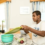 Köksän tehtävänä on auttaa Marittaa ruuanlaitossa. Salaatinteko onnistuu Muhikselta jo rutiinilla.