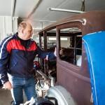 Jarmo Luostarisen harrastaa vanhojen autojen entisöintiä. Harrastus on jäänyt taka-alalle, kun hän on etsinyt poikaansa. Työn alla on ollut USA:sta tuotu 1929 mallinen Plymouth.