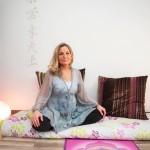 Ulla Mersinli auttaa nykyään muita unettomia joogan ja rentoutushoitojen avulla.