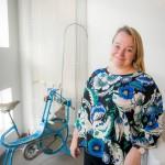 Tuija Brax on kotiutunut uuteen työpaikkaansa Sydänliittoon. Taustalla tutkimuskäytössä ollut kuntopyörä 1960-luvun alusta.