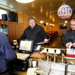 Alkoholitarkastajat Ilkka Ripatti ja Jarmo Oresmaa käyvät läpi ravintolan papereita. Ne ovat kunnossa.