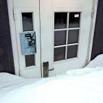 Lumi on pönkittänyt asumattomien mökkien ovet.