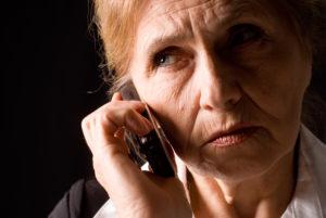 Vanha nainen puhelimessa