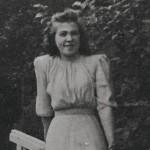 Anastasia Andrejeva sodan jälkeen vuonna 1949 Monrepos'n puistossa Viipurissa. Hän on kuvassa 25-vuotias.