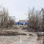 Manežhnyin valtatie lentokentän asuinalueen vieressä näyttää maaliskuisena aamuna siltä kuin siellä olisi riehunut hurrikaani. Tuhon ovat kuitenkin saaneet aikaan Ukrainan hallituksen ja kapinallisten joukkojen kranaatit ja raketit.