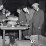 Vaalivirkailijat selvittelivät ja sinetöivät eduskuntavaalien äänestyslippuja heinäkuussa 1948.