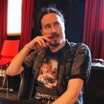 Tuomas Nightwishin harjoitustilassa. Miestä mietityttää, mutta ei sentään hermostuta.