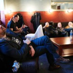 Nightwishin brittijäsen Troy Donockley ottaa torkut ennen illan konserttia. Kai Hahto puolestaan kertoo hauskaa tarinaa yhtyeen muille jäsenille.
