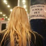 """Tällainen kyltti on käynyt tutuksi Nightwishin keikkapaikkojen ulkopuolella: """"Tämä konsertti on täysin loppuunmyyty""""."""