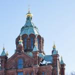 Kalliolle rakennettu Uspenskin katedraali kohoaa korkeuksiin Katajanokalla Helsingin keskustassa. Se on Pohjois- ja Länsi-Euroopan suurin ortodoksikirkko.