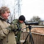 Tietokirjailija Lasse J. Laine (edessä) on tarkkaillut lintuja yli neljän vuosikymmenen ajan. Noviisi toimittaja pääsi retkellä todellisen ammattilaisen oppiin.
