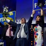 Timo Soini tuulettaa vierellään perussuomalaisten nykyinen puoluesihteeri Riikka Slunga-Poutsalo ja entinen puoluesihteeri Ossi Sandvik.