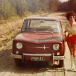 Sagalla ei ole koskaan ollut ajokorttia. Stickan toimii autokuskina. Tässä Saga poseeraa Stickanin auton vieressä vuosikymmeniä sitten.