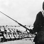 Venäläinen sotilas vartioi Basrassa meritse puna-armeijalle tuotuja amerikkalaisia kuorma-autoja.