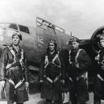 Venäläinen miehistö valmiina lentämään kaksimoottorisen Douglas A-20 Havoc -koneen Alaskasta Neuvostoliittoon.
