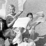 Roihuvuoren kansakoulun oppilaita kevätjuhlatunnelmissa vuonna 1960. Mahtoivatko nämä oppilaat muistaa opettajaansa lahjalla?