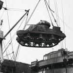 Jälleen yksi Lend and lease -avun panssari siirtyy saattuealuksen kannelle.