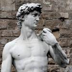 Italialaisen kuvanveistäjän Michelangelon kuuluisa marmoriveistos Daavid.