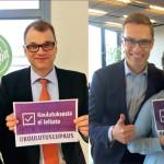 Juha Sipilä ja Alexander Stubb poseerasivat korkeakouluopiskelijoiden kampanjassa luvaten, ettei koulutuksesta säästetä. Tosin kannattaa huomata Sipilän kylttiin kirjoitettu lisäteksti.