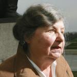 Christa Pietzsch neuvostosotilaiden muistomerkillä.