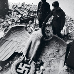 Valtiopäivätalo natsi-Saksan symboleineen romahti taistelun jälkeen.