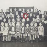 Vanhassa koulukuvassa Simpauttajan Oton esikuva Kauko hymyilee iloisena Alpon oikealla puolella.